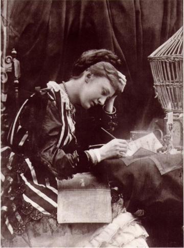 אישה כותבת מכתב